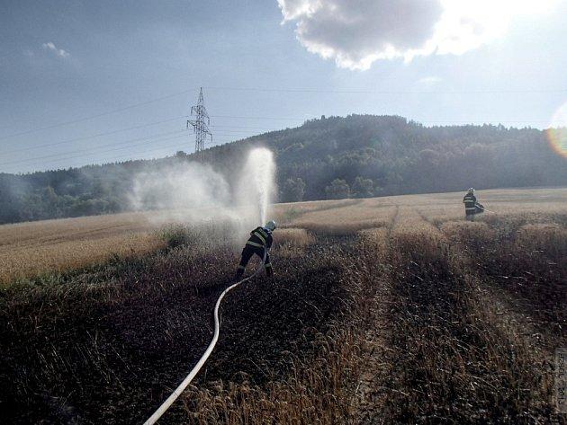 Pole s obilím hořelo v úterý 23. července vpodvečer v Šumperku – Temenici. Požár likvidovaly čtyři jednotky hasičů.