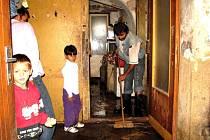 pátek čekala obyvatele domu za tratí spousta práce. Voda zaplavila jejich dům do výšky pětadvaceti centimetrů.