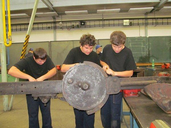 Studenti automobilní průmyslovky vZábřehu opravují exponáty pro železniční skanzen.