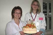 Vítězka soutěže O Priessnitzův dortík Michaela Hanusová (vpravo) se svým dortem.