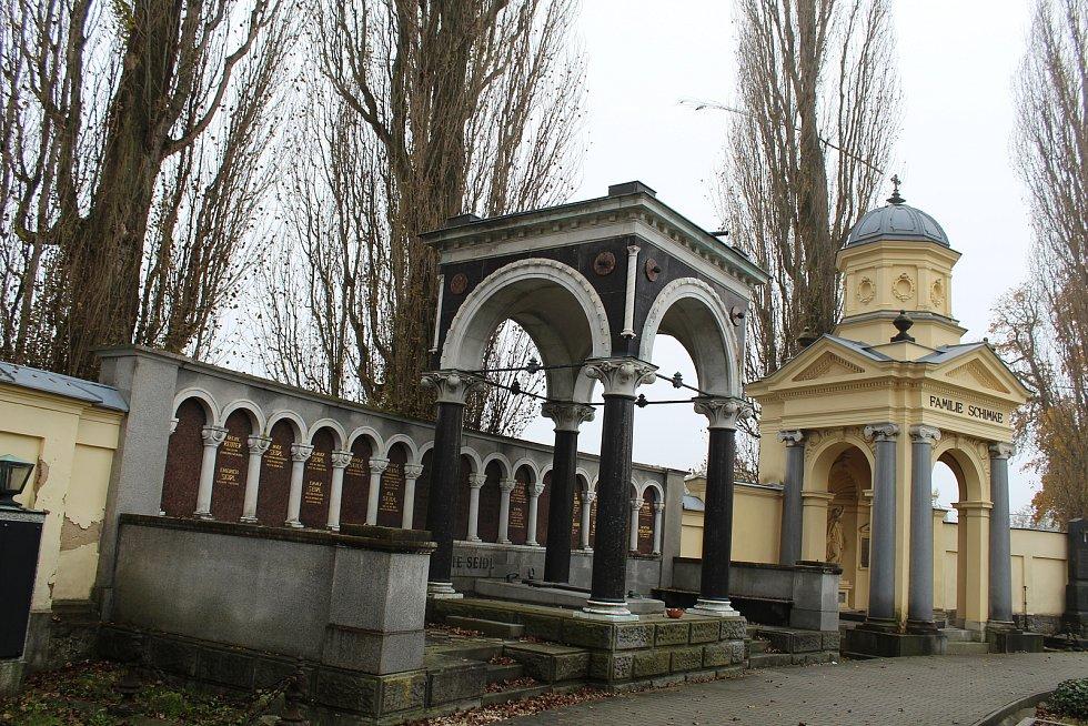 Vpravo hrobka rodiny Schimke.
