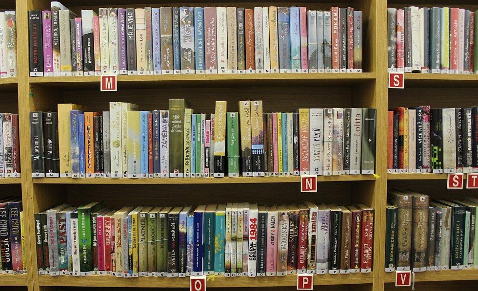 Knihovna v prostorách klubu důchodců ve středisku Sever v Šumperku.