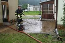 Voda a bahno z pole a lesa vtrhly v pondělí 10. června do domu a na zahradu rodiny Matysových v Jindřichově. Mazlavá hmota zatopila celé přízemí domu, sklep i zahradu. S odčerpáním vody pomáhali místní dobrovolní hasiči.