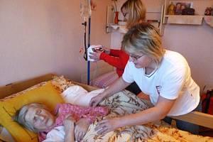 Díky mobilní hospicové péči mohou nevyléčitelně nemocní trávit poslední dny svého života doma. Charita zajistí odbornou péči.