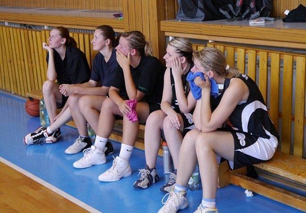Šumperské basketbalistky během utkání s Ostravou.