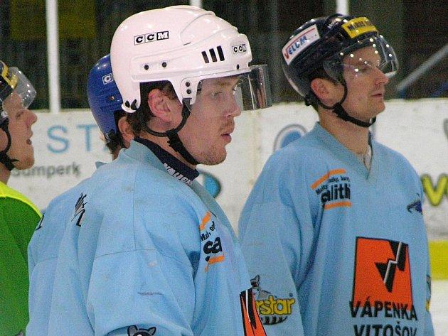 Alexej Denisov (v bílé helmě) už ví, do čeho jde. Krátce působil v Šumperku.