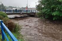 Rozvodněná řeka Bělá v Jeseníku