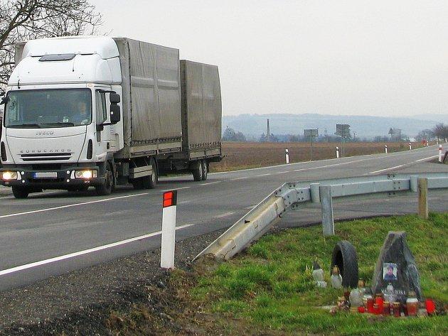 Na křižovatce hlavní silnice z Loštic do Litovle s odbočkou do Palonína a na dálnici D35 se stalo už několik nehod. V létě 2015 zde zemřel motorkář po střetu s autem, které mu nedalo přednost. U křižovatky má pomníček.