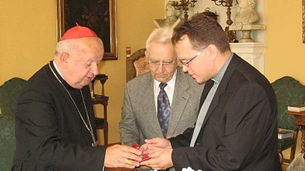 Kardinál Stanislav Dziwisz předává relikvie Jana Pavla II. zástupcům poutního místa Panny Marie Pomocné ve Zlatých Horách.