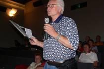 Karel Nováček, mluvčí protestní petice, přesvědčuje zastupitele, aby na hřiště peníze nedávali