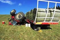 Vlek plně naložený balíky slámy začal na pastvině u Maršíkova klouzat a převrtáil na střechu i traktor.