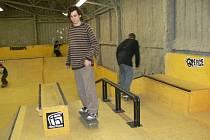 Návštěvníci unikátního krytého skateparku v Lošticích (na archivním snímku)