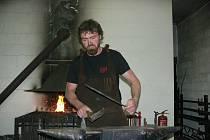 Umělecký kovář Pavel Kopřiva ze Zábřehu.