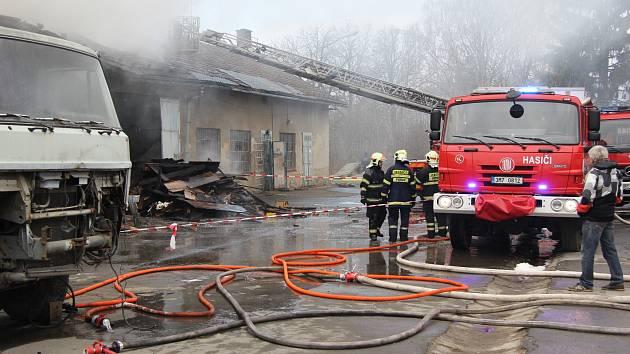 Požár autodílny a stolárny v průmyslovém areálu ve Vikýřovicích.