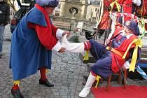 Páté roční období, tedy dobu karnevalů, zabijaček a zábav, zahájil v pondělí 11. 11. v 11 hodin a 11 minut mohelnický recesistů, který si říká Cech přátel pátého ročního období.
