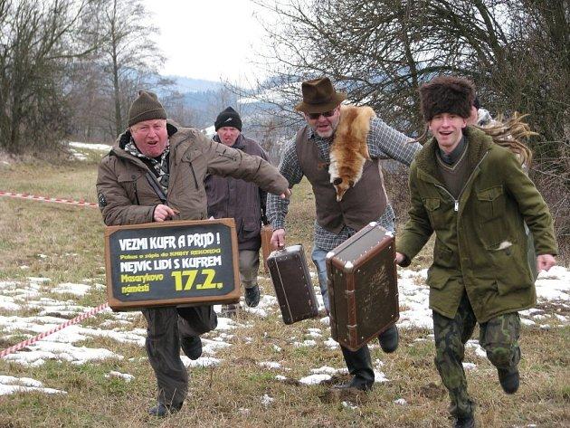 Na kopci Humenec odstartoval Welzlův běh s kufrem.