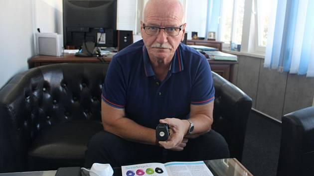 Šéf městské policie v Jeseníku Miroslav Táborský se zařízením SeniAngel