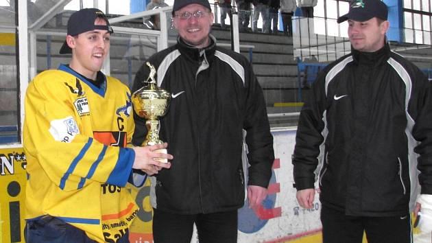 Kapitán Radek Fischer s pohárem pro vítěze 1. ligy, a kouč Petr Rutar.