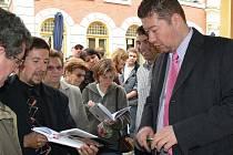 Tomio Okamura při své autogramiádě 26. května na Hlavní třídě v Šumperku