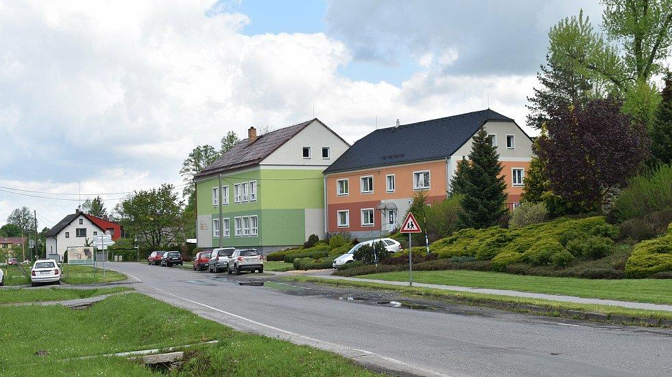 Stará Červená Voda na Jesenicku. Mateřská a základní škola.
