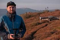 Jan Barančík s dronem v Jeseníkách.