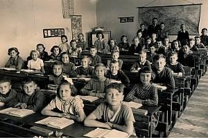 NAŠI ŽÁCI. Fotografie školáků byla pořízena ve školním roce 1956/1957.