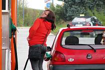 Nejlevnější palivo v našem regionu aktuálně nabízejí čerpací stanice Vena Trade v Šumperku, Mohelnice a Bludově (na snímku). I tady ale motoristé zaplatí oproti jaru asi o čtyři koruny za litr víc.