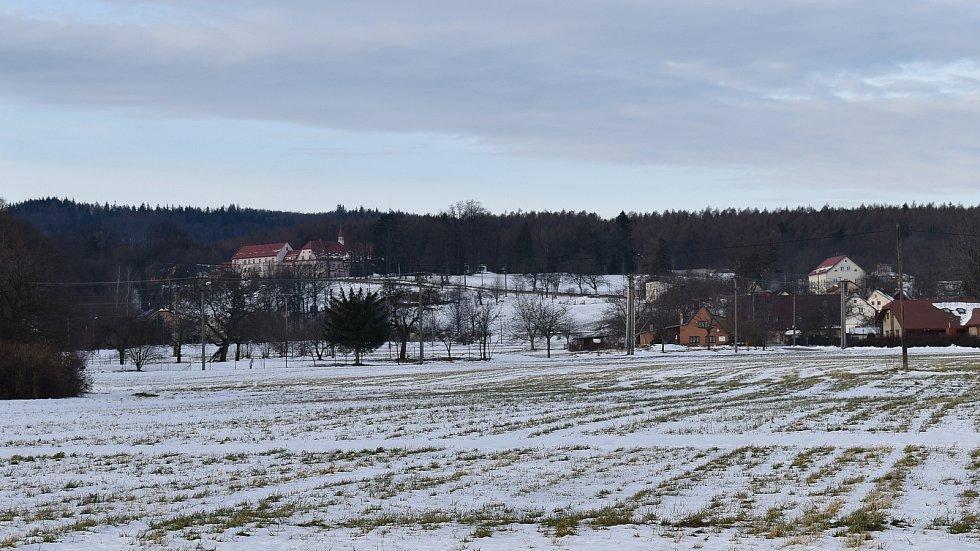 Bílá Voda - pohled na horní části vesnice se zámkem, kde dnes sídlí psychiatrická nemocnice.