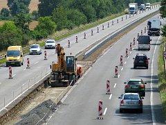 Na dálnici D35 od Mohelnice po hranice okresu Šumperk dělníci pracují na rekonstrukci vozovky. Nyní se mění středová svodidla za nový typ, který umí lépe zadržet auta.