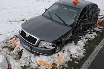 Jedno těžké a dvě lehká zranění si vyžádala ve středu 16. března nehoda u Velkých Kunětic. Řidič mitsubishi přehlédl při předjíždění protijedoucí auto a narazil do něj.