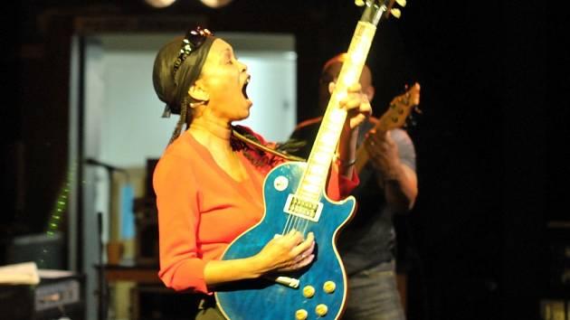 Americká kytaristka a zpěvačka Deborah Coleman a její kapela