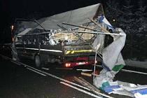 Poškozený Renault Midlum po nehodě v pondělí 2. února u Studené Loučky.
