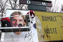 Pracovníci reklamní agentury právě instalují billboard s Kováčem.
