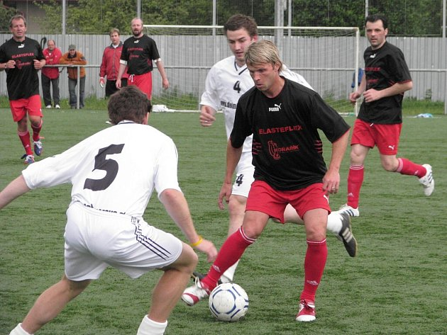 Patrik Siegl (černý dres) kouzlí s míčem.