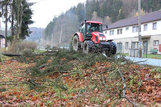 Následky nedělní vichřice v Hanušovicích.