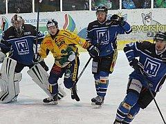 Kapitán Draků Marek Haas (ve žlutém dresu) zůstává v Šumperku.