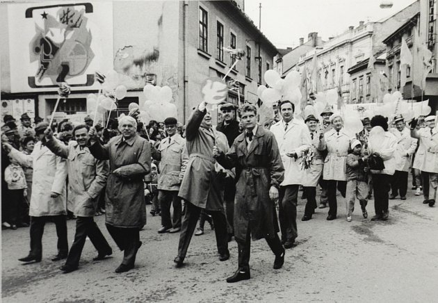 Průvod na dnešním Točáku vŠumperku, dříve Stalinově náměstí. Pracovníci papírny vOlšanech.