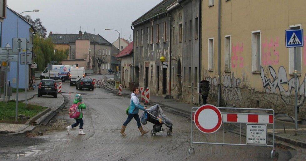 Hlavní silnice v Lošticích je teď uzavřená od začátku po konec města. Výjimku ze zákazu vjezdu mají jen místní obyvatelé a obsluha firem.