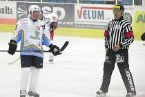 Milan Minář při exhibičním utkání v Šumperku. Vlevo se směje jedna z hvězd v NHL, reprezentant Petr Čajánek.