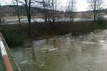 Hasiče na Šumpersku zaměstnává tající sníh a led v řekách