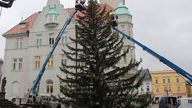 Zdobení vánočního stromu u šumperské radnice.