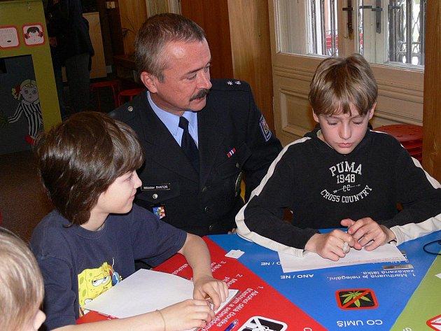 Děti si s policisty povídali například o škodlivosti alkoholu, nikotinu i dalších drog
