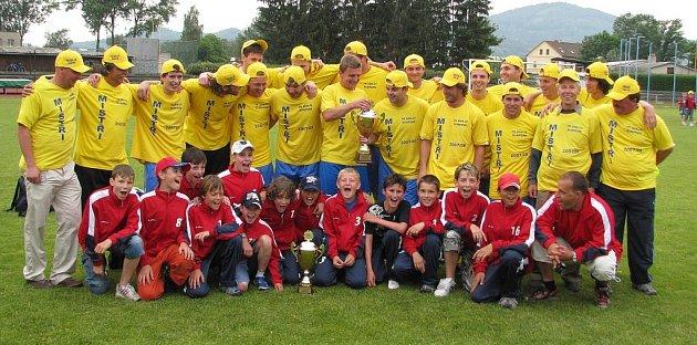 Šumperští fotbalisté spolu s žáčky pózují po nedělním utkání s Kozlovicemi, po kterém slavili postup.