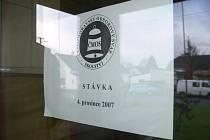 Dvacet škol z okresu Šumperk, z toho šest středních, dvanáct základních a dvě mateřské, se včera zapojilo do stávky učitelů. Vesnické školy se ke svým kolegům většinou nepřidaly.