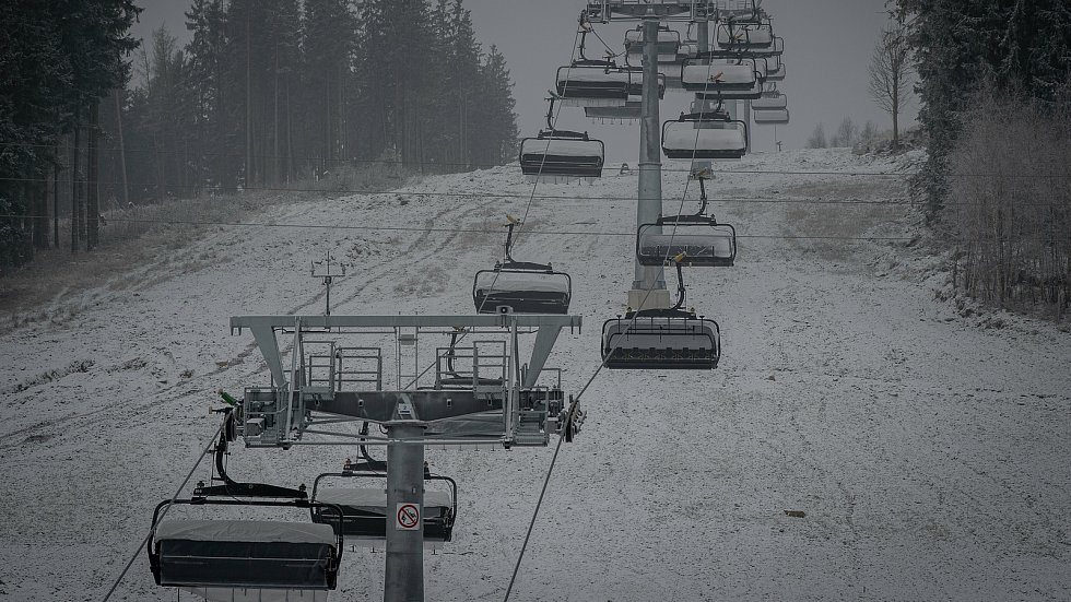 V horském areálu Kraličák na úpatí Kralického Sněžníku se uskutečnily drážní zkoušky nejmodernější šestisedačkové lanovky v Česku od firmy Doppelmayr-Garaventa, modelu D-Line, 11. prosince 2020.
