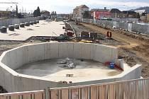 Dopravní terminál v Šumperku v pondělí 24. února. Prostor budoucího parkoviště, v popředí základy pro cyklověž.