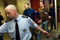 Před olomouckým krajským soudem dnes ve čtvrtek stanul šestatřicetiletý Radek Chytil podezřelý z 16 let staré vraždy učitelky v Mohelnici.