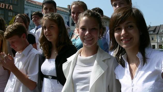Patnáctiletá Alison (na snímku zcela v pravo) se dokonce naučila několik čaských frází.