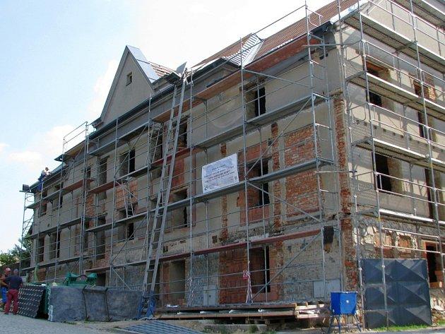 V Katolickém domě v Dubicku, který prochází rekonstrukcí, vzniká dvanáct malometrážních bytů určených pro seniory.