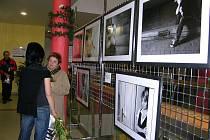 Druhé patro obchodního domu Alcron v Jeseníku zdobí fotografie Eduarda Klanera, který na svých snímcích zachytil dvanáct žen. U každé fotografie je příběh, který popisuje, čím si jejich hrdinky prošly
